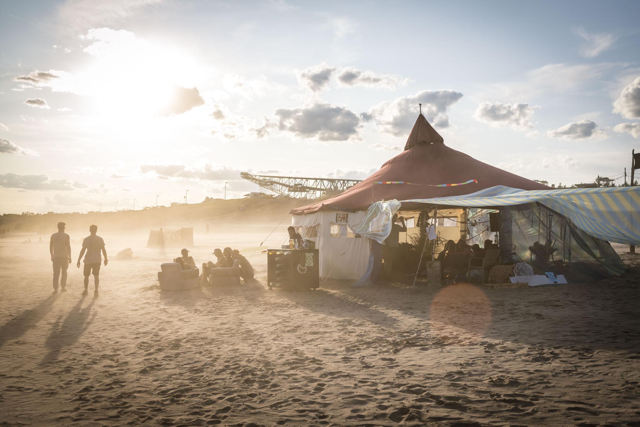 Workshop Zelt am Strand des Bergheider See im Sandsturm vor dem Besucherbergwerk F60